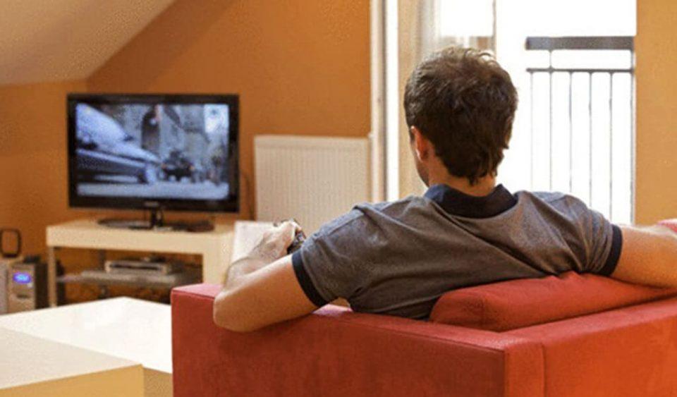 Bahaya Nonton TV Terlalu Lama bagi Kesehatan